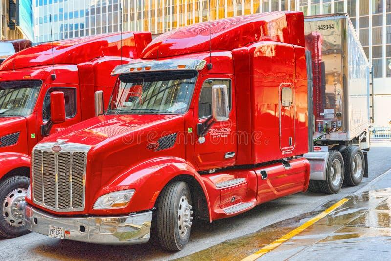Großer amerikanischer LKW-Fernlastfahrer in New York Stadtmittebezirk USA stockfotografie