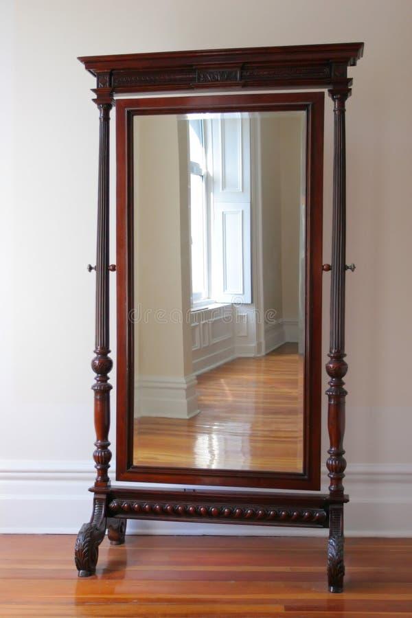 Großer antiker Spiegel stockfoto