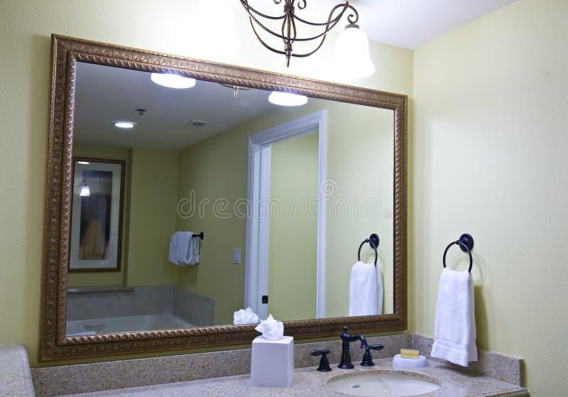 Großer Badezimmerspiegel stockbild. Bild von reflect, tuch - 6356503