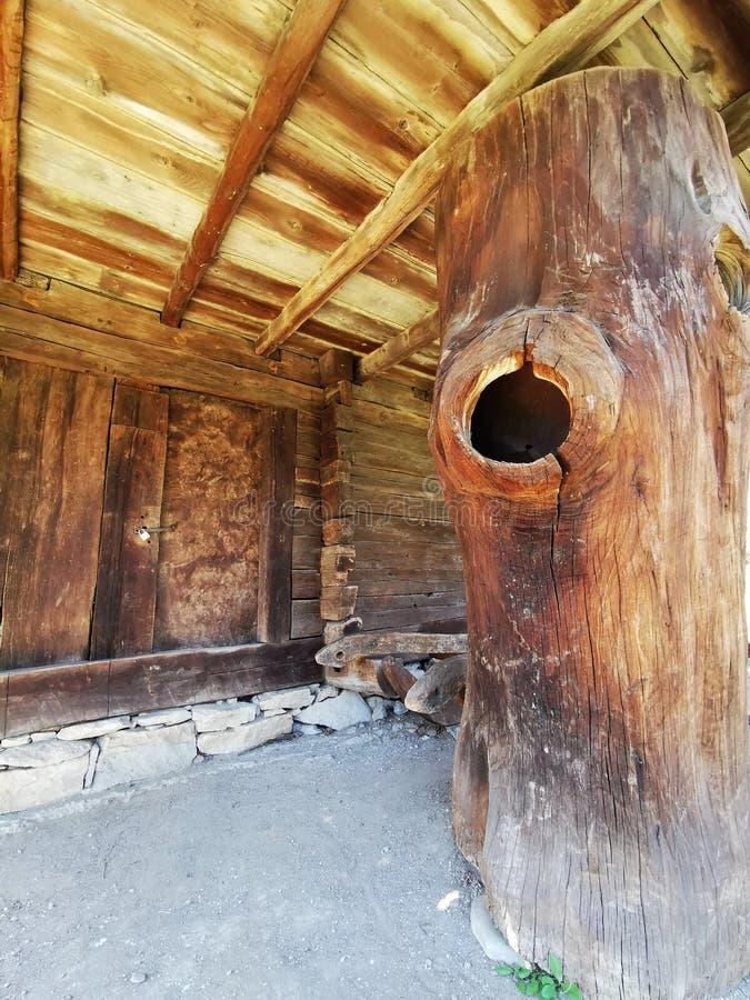 Großer Baumstamm benutzt als Haltestange lizenzfreie stockfotografie