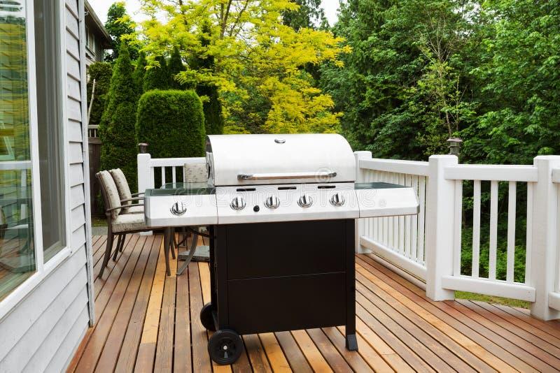 Großer BBQ-Grill auf hölzerner Plattform stockfoto