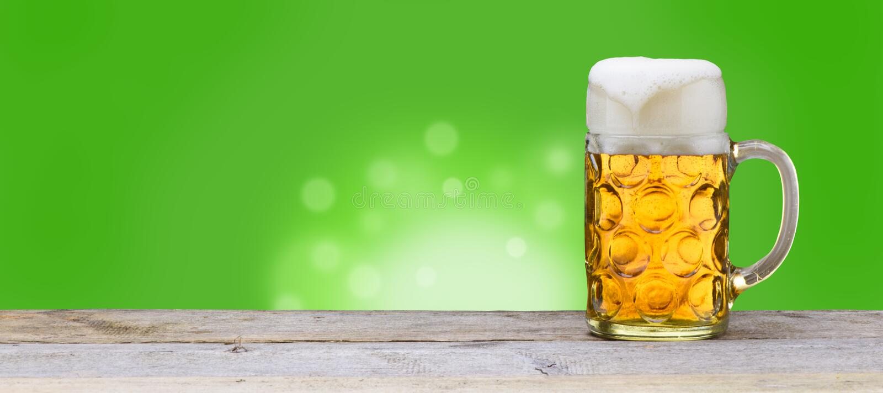 großer Becher bavaian Lager-Bier bei Oktoberfest in München stockbild