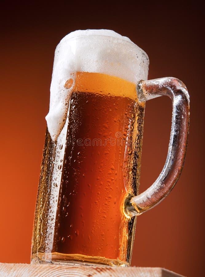 Großer Becher Bier stockfotos