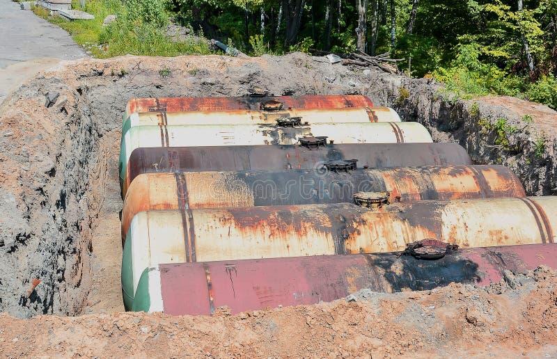 Großer Behälter für Benzin im ausgegrabenen Steinbruch für Lagerung von Erdölprodukten stockfotografie