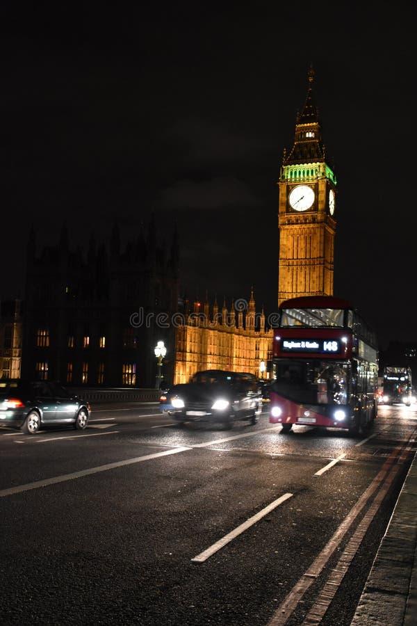 Großer Ben Tower und roter Bus London, Nachtzeit stockbild