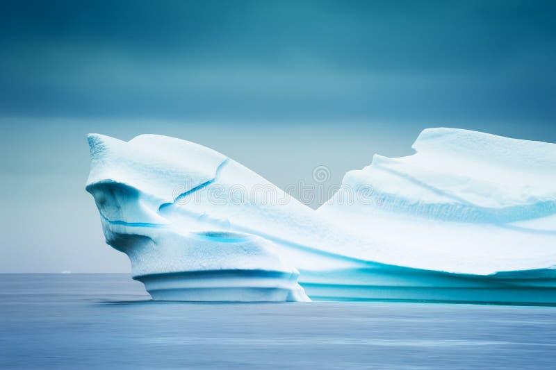 Großer blauer Eisberg im Atlantik in Grönland lizenzfreies stockbild