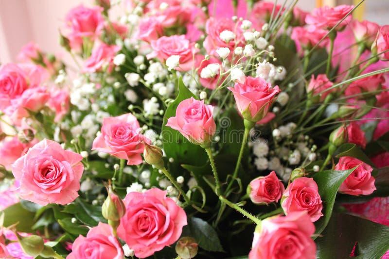 Großer Blumenstrauß von rosa Rosen stockbild