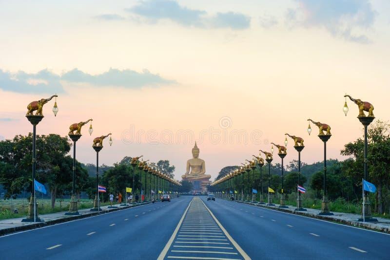 Großer Buddha bei Singburi Thailand lizenzfreie stockbilder