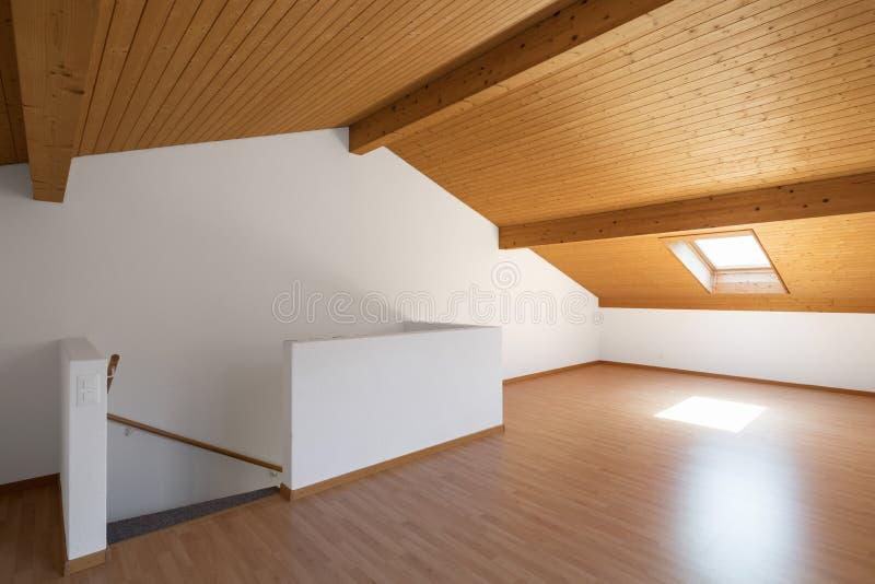 Großer Dachboden mit Bretterböden und herausgestellten Strahlen stockbild