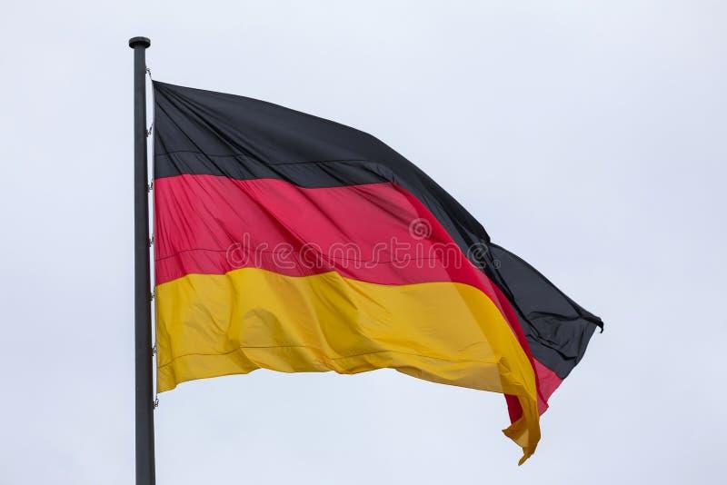 Großer Deutscher fahnenschwenkend im Wind lizenzfreie stockfotos