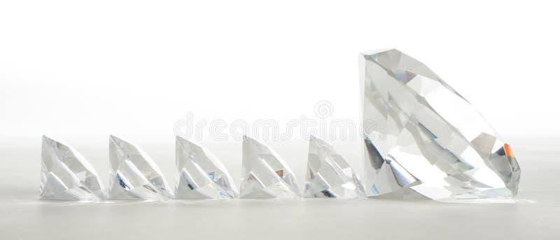 Großer Diamant, der die kleine führt lizenzfreies stockbild