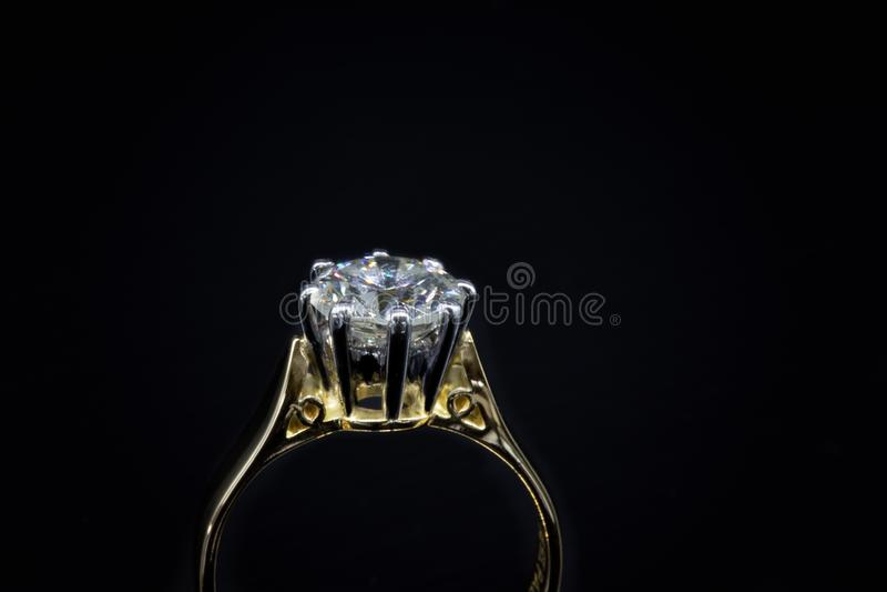 Großer Diamond Solitaire Showing Claw Setting lizenzfreie stockfotografie