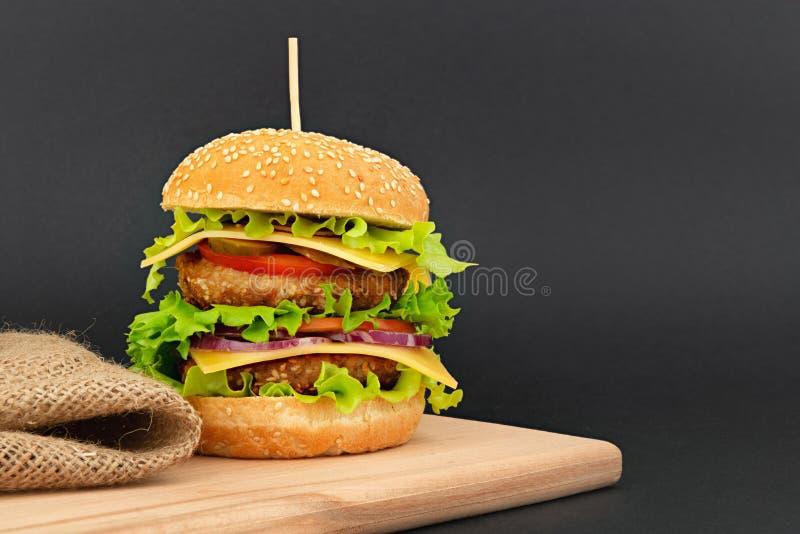 Großer doppelter Cheeseburger lizenzfreie stockbilder
