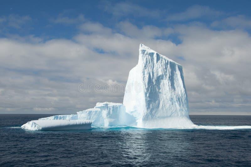 Großer Eisberg in Antarktik lizenzfreies stockbild