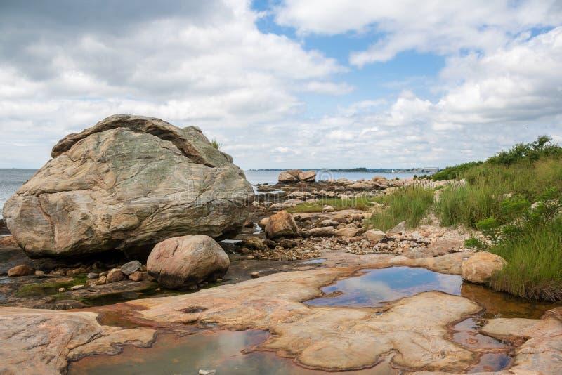 Großer Felsen auf dem Strand lizenzfreie stockbilder