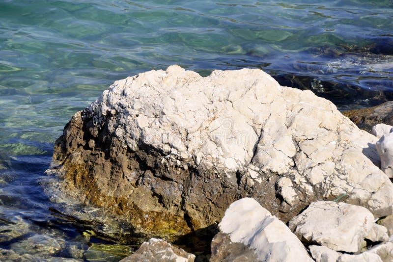 Großer Felsen in der ruhigen blauen Meerwassertouristenattraktion lizenzfreie stockfotografie