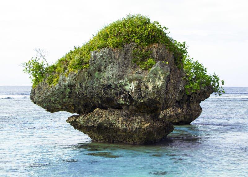 Großer Felsen im Ozean stockfotografie