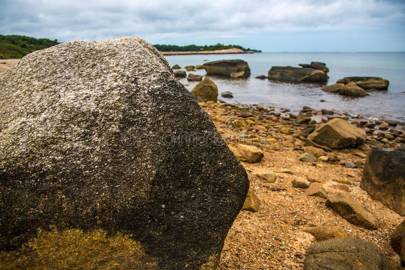 Großer Felsenflussstein durch den Ozean lizenzfreies stockbild