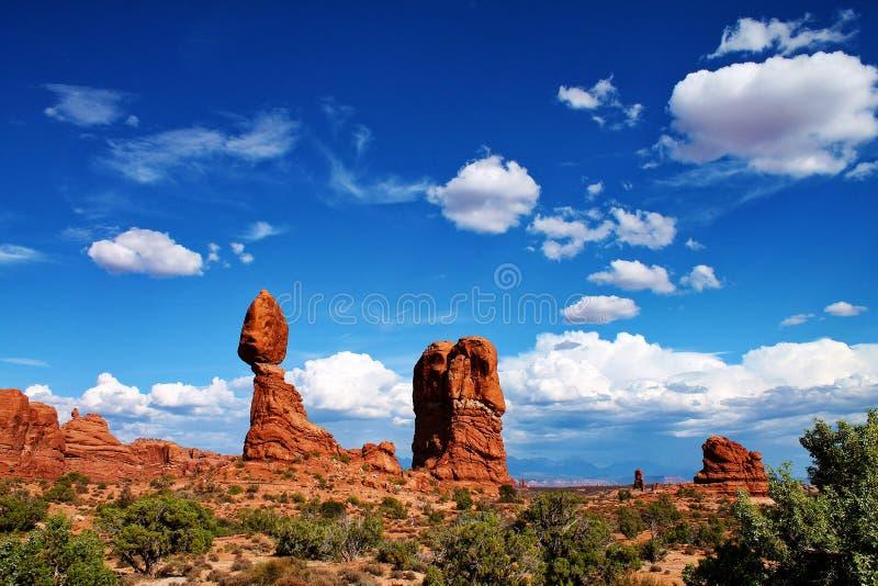 Großer Flussstein balancierte in der Wüste auf dünner Spalte des Felsens in Utah stockfotos