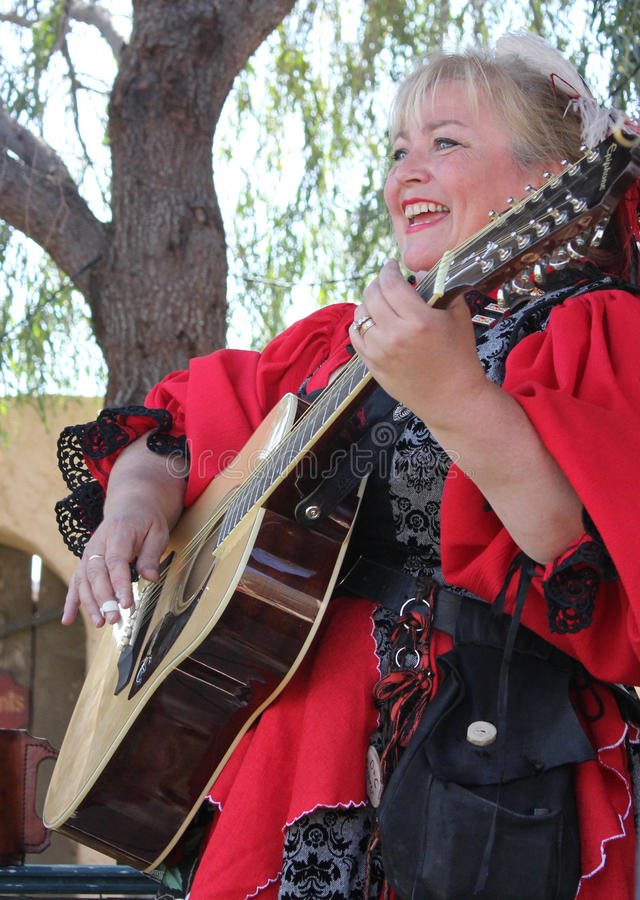 Großer Frauenmusiker, der Gitarre spielt lizenzfreie stockbilder