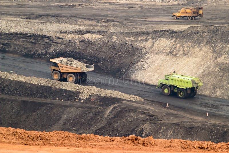 Großer gelber Bergbau-LKW und Planierraupe am Arbeitsindustriestandort stockfotos