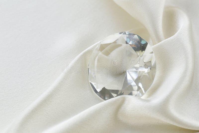Großer Glasdiamant auf silk Hintergrund stockfotografie