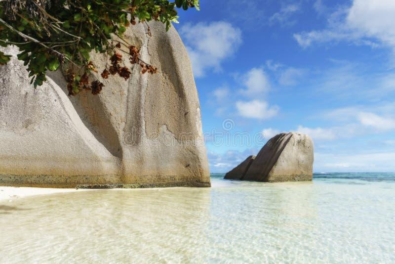 Großer Granit schaukelt in Türkiswasser am tropischen Strand, Paradies stockbilder