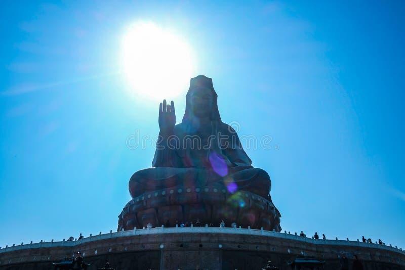 Großer Guanyin Buddha oder 'Göttin der Gnade 'Statue auf Xiqiao-Berg Foshan-Stadtporzellan stockfoto