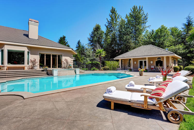 Großer Hinterhof mit Swimmingpool Amerikanisches Vorstadtluxushaus lizenzfreies stockbild