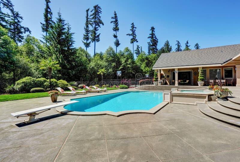 Großer Hinterhof mit Swimmingpool Amerikanisches Vorstadtluxushaus lizenzfreies stockfoto
