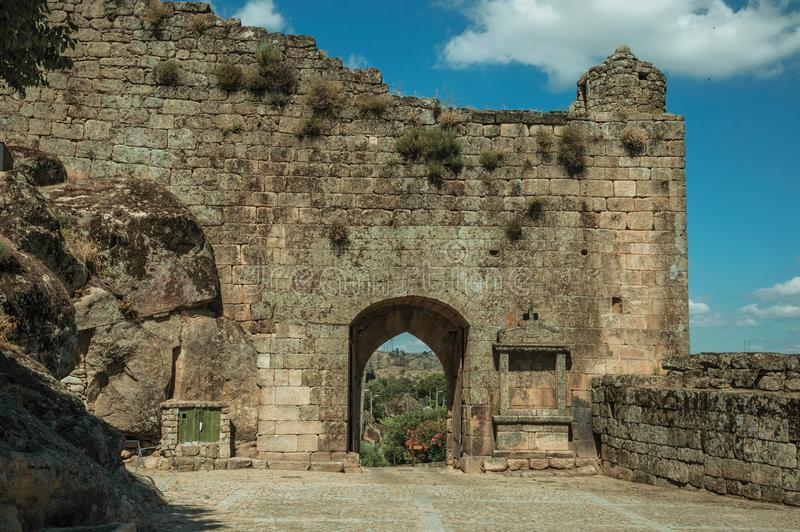 Großer Hof und offener Zugang auf Steinwand lizenzfreies stockfoto