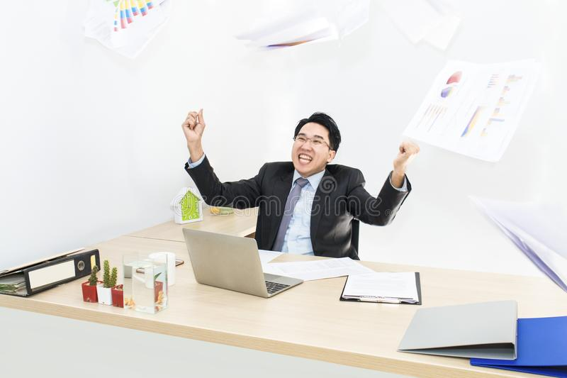 Großer Job und Erfolg im Geschäft Geschäftsmänner mit den angehobenen Armen stockfotografie