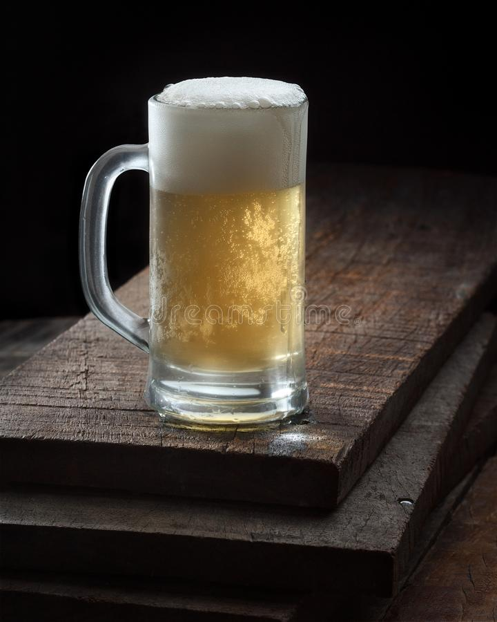 Großer kalter Bierkrug lizenzfreies stockbild