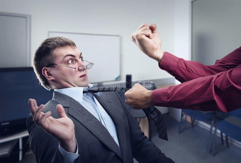 Großer Kampf im Büroraum lizenzfreie stockfotos