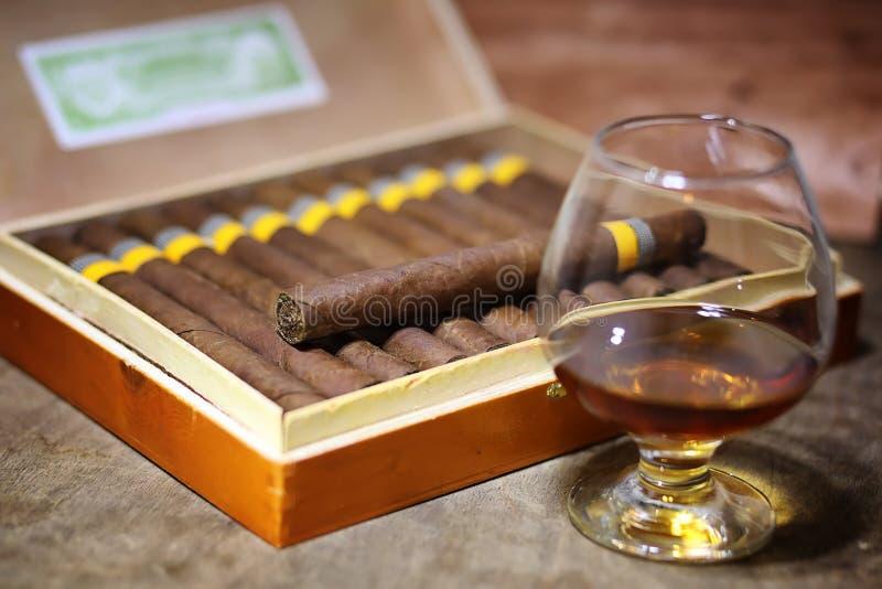 Großer Kasten kubanische Zigarren auf einem Holztisch lizenzfreie stockfotografie