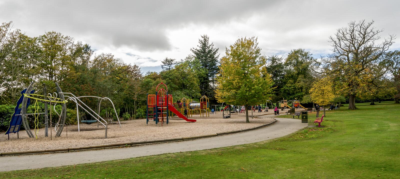 Großer Kinderspielplatzbereich mit Dias, Stangen, Schwingen und anderer Ausrüstung in Hazlehead-Park, Aberdeen, Schottland lizenzfreie stockbilder