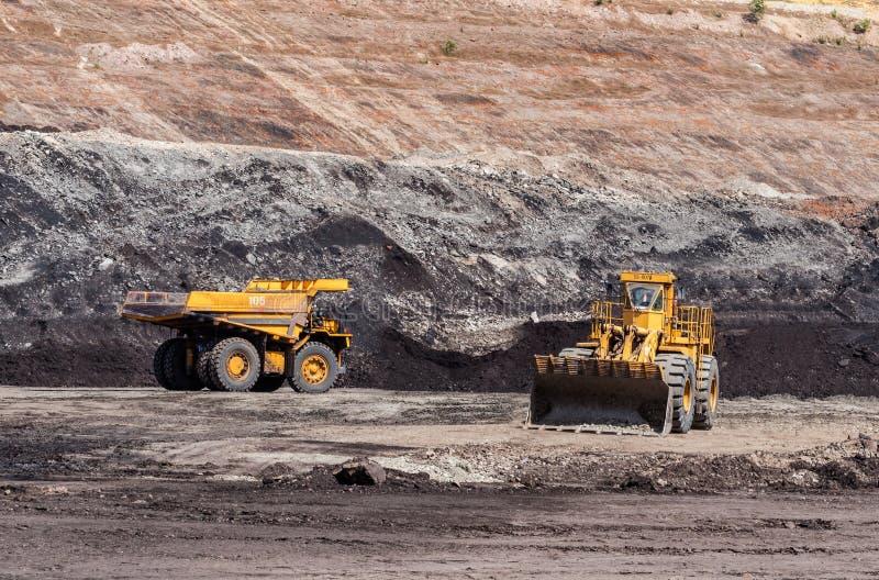 Großer Kipplaster ist Minenmaschiene oder Bergwerksausrüstung zu Transport stockfotografie