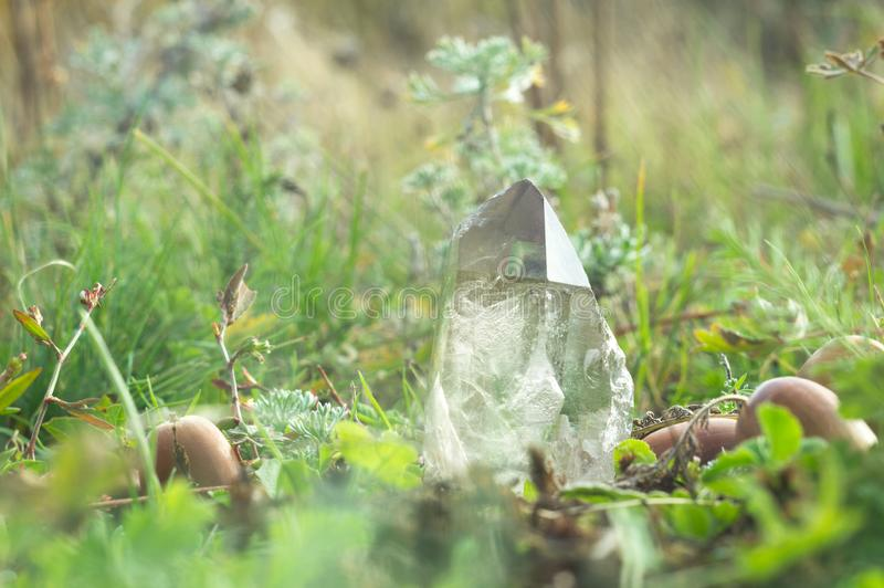 Großer klarer reiner transparenter großer königlicher Kristall des Quarz Chalcedonydiamanten, der auf Natur glänzend ist, verwisc lizenzfreie stockbilder