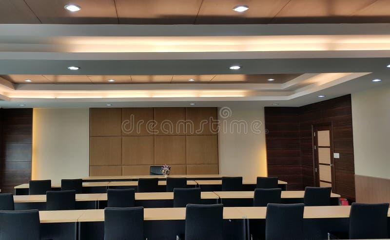 Großer Konferenzsaal für effektives Geschäftstreffen lizenzfreie stockbilder