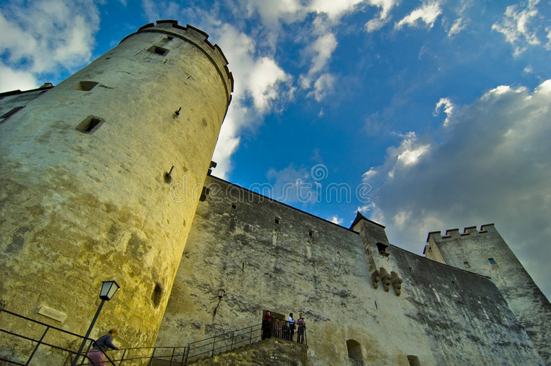 Großer Kontrollturm innerhalb des Hohensalzburg Schlosses lizenzfreies stockbild