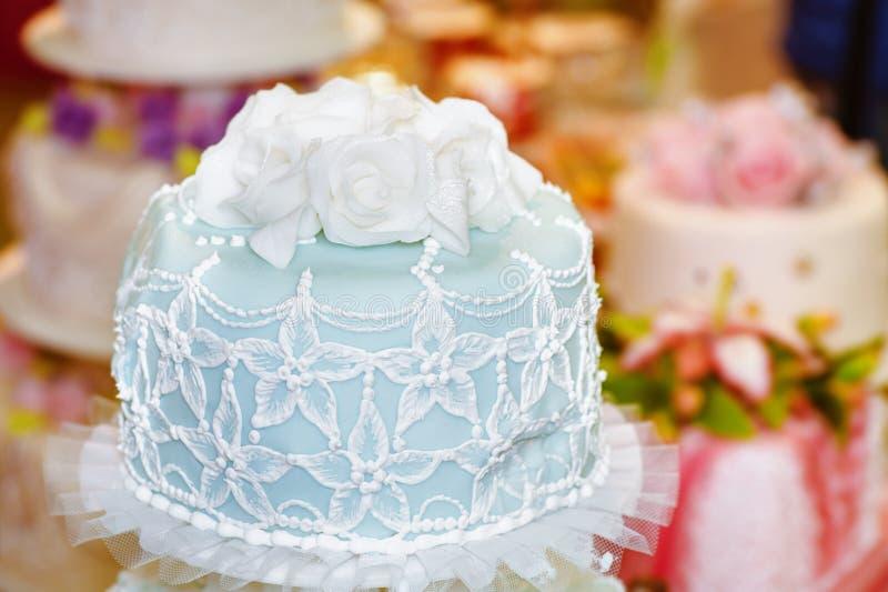 Großer Kuchen verziert mit Mastix stockbilder