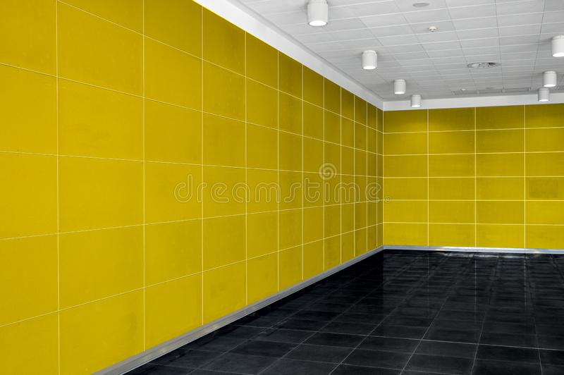 Großer leerer Rauminnenraum mit heller gelber Wand, whire Decke a stockfoto
