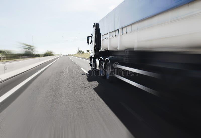 Großer LKW, der auf der Autobahn fährt lizenzfreie stockfotografie