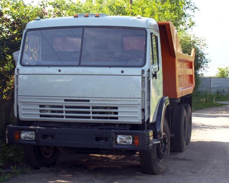 großer LKW mit einem Körper Arbeit der Industrie Unterbrochenes Auto Auto-Reparaturen lizenzfreies stockfoto