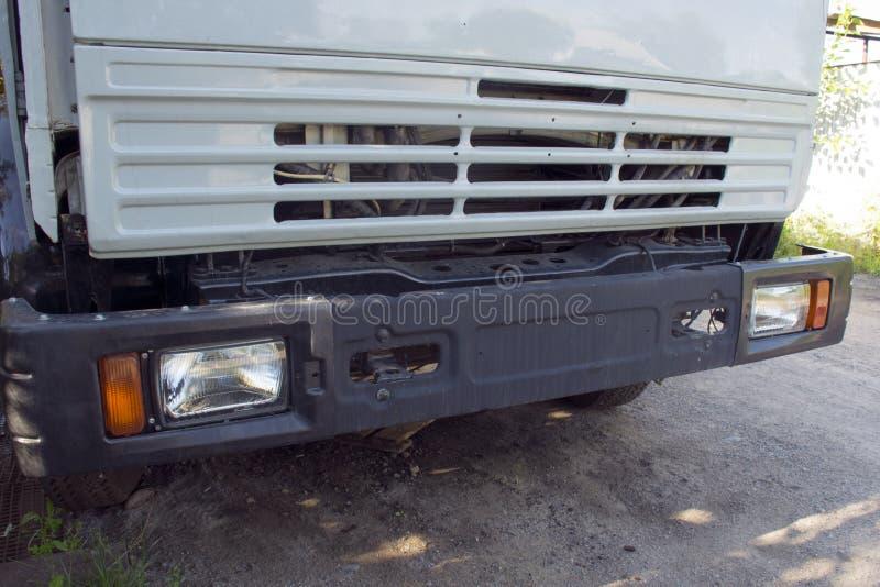großer LKW mit einem Körper Arbeit der Industrie Unterbrochenes Auto Auto-Reparaturen stockbild