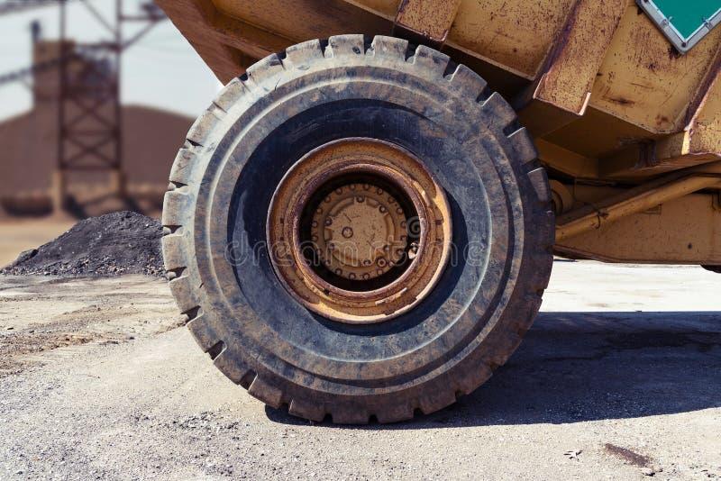 Großer LKW-Reifen lizenzfreie stockfotografie