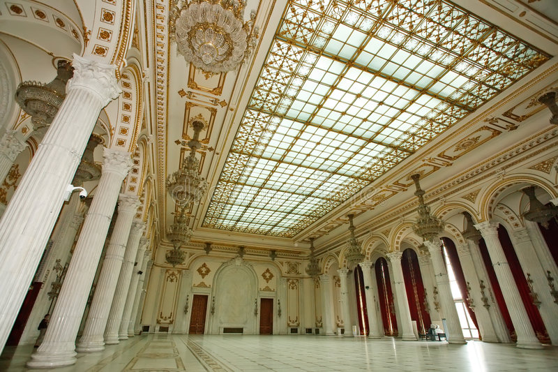Großer luxuriöser Raum des Palastes lizenzfreie stockbilder