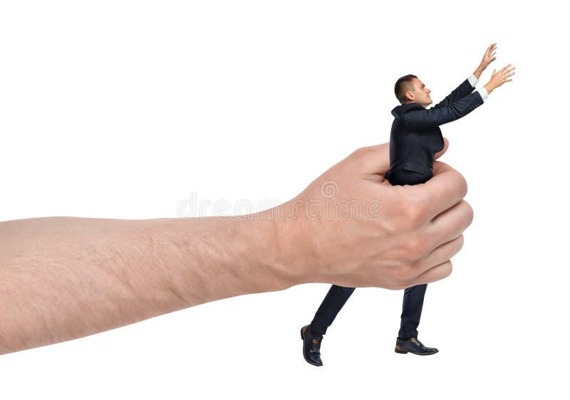 Großer männlicher Handholdinggeschäftsmann, der heraus lokalisiert auf weißem Hintergrund erreicht stockfotos