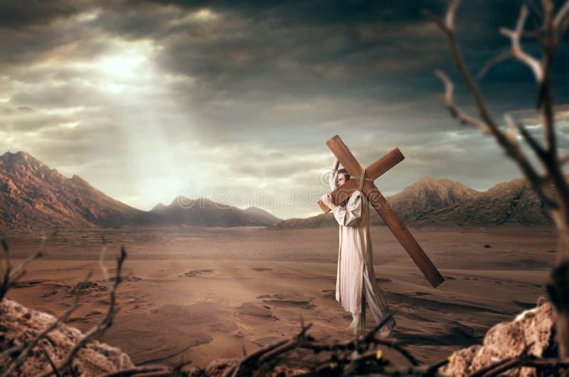 Großer Märtyrer mit Kreuz in der Wüste, Sonne strahlt aus stockbild