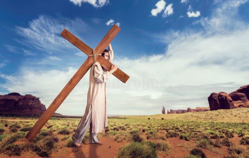 Großer Märtyrer mit Kreuz in der Wüste, Sonne strahlt aus stockfotografie